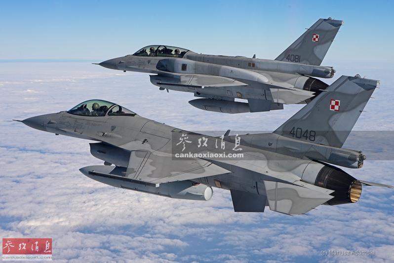 """作为在东欧地区与俄军对峙的最前线的北约成员国之一,波兰于2006年从美国采购了48架F-16C/D战机(第52+批次,可选装机身""""保形油箱"""",换装APG-68(V9)改进型脉冲多普勒雷达等),用于替换陈旧的米格-21和米格-23战机。这些F-16在波兰空军的绰号为""""苍鹰""""(Jastrz?b)。图为波兰F-16C(单座型)与F-16D(双座型)编队飞行。"""
