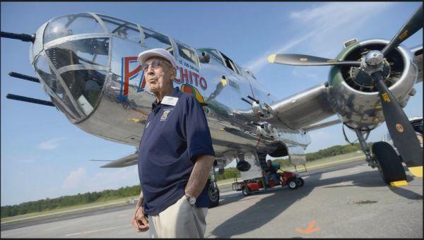 在2013年的一次纪念活动中,理查德·科尔站在一架B-25轰炸机前。(资料图片)