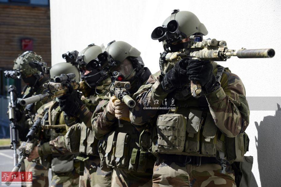 """GIGN成立于1974年,成立背景可追溯到1972年""""慕尼黑惨案""""后,当时西方各类恐怖袭击频发,法国开始考虑组建一支专门用于人质营救的反恐特战部队。GIGN成立后直接隶属于法国国防部,但具有很大的行动独立性。图为手持HK416突击步枪的GIGN队员。"""