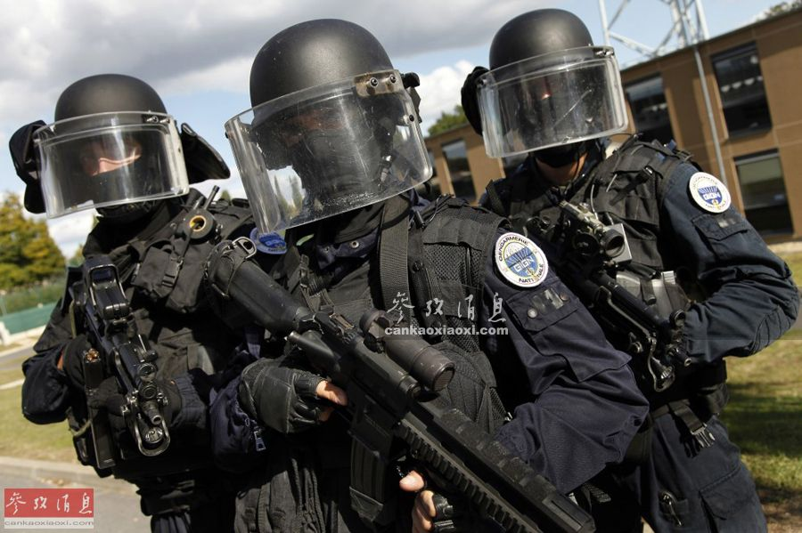 """法国""""国家宪兵特勤队""""(GIGN) 是法国国内最精锐的反恐特种突击队,绰号""""凯旋门前的利剑""""。近日有法国电视台记者前往GIGN探访,体验了GIGN特有的""""9枪同步狙击""""和""""决斗""""射击项目。图为GIGN队员合影,可见独居特色的防弹头盔。35"""