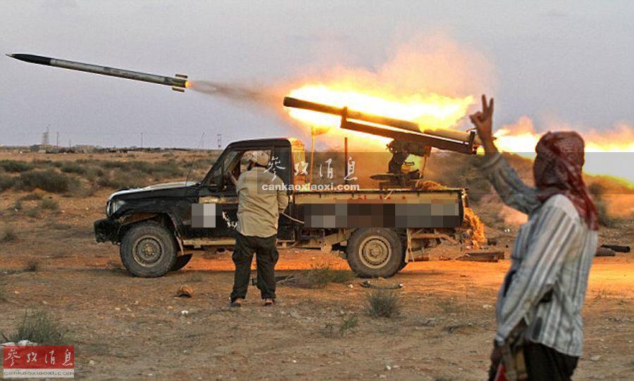 """提起""""丰田战争"""",指发生在1986年12月至1987年9月,利比亚与乍得之间边界冲突的最后阶段,因乍得军队与法国""""食雀鹰""""部队大量使用搭载""""米兰""""反坦克导弹的丰田皮卡(与法国空军战机配合),以高速游击战方式击毁利比亚陆军800多辆战车(包括100多辆主战坦克)。""""丰田战争""""由此闻名于世。至今在伊拉克、叙利亚、利比亚等热点地区,仍能见到各种""""魔改""""武装皮卡活跃的影子。图为2011年利比亚战争期间,加装火箭弹发射器的丰田皮卡。"""