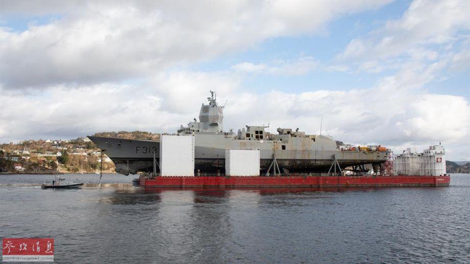 """2018年11月8日,挪威海军""""英斯塔""""号导弹护卫舰参加北约""""三叉戟-2018""""军演后,在返回挪威第二大城市卑尔根的军港途中,与一艘马耳他籍油轮意外相撞,右弦后部船体出现巨大破口,该舰于11月13日倾覆沉没。挪威海军后于2019年2月27日将该舰打捞出水,可见该舰的受损状况。图为半潜船运送部分修复的英斯塔""""号护卫舰。29"""