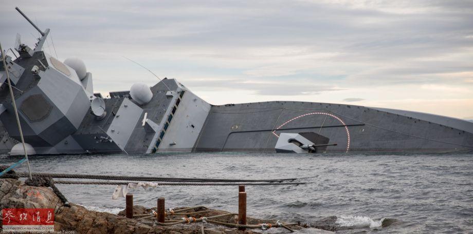 """图为此前从岸上拍摄的已严重倾覆,即将沉没的""""英斯塔""""号护卫舰资料照片。"""