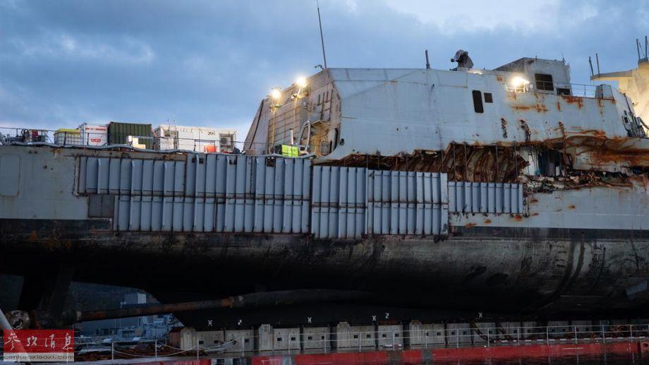 """图为因与油轮撞击而严重受损的""""英斯塔""""号右舷后部船体,可见靠近水线的受损部分已用钢板封住。"""