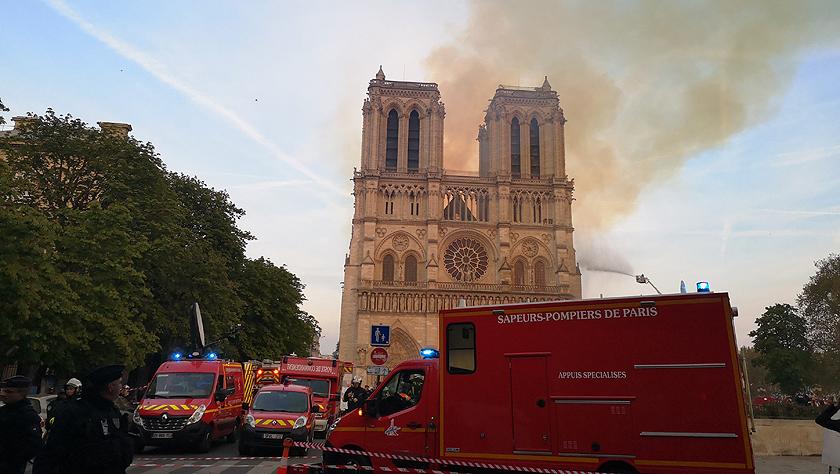 法国巴黎圣母院突发大火
