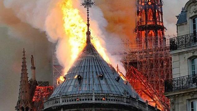 巴黎圣母院遭遇大火 众足球明星社交媒体发文祈祷