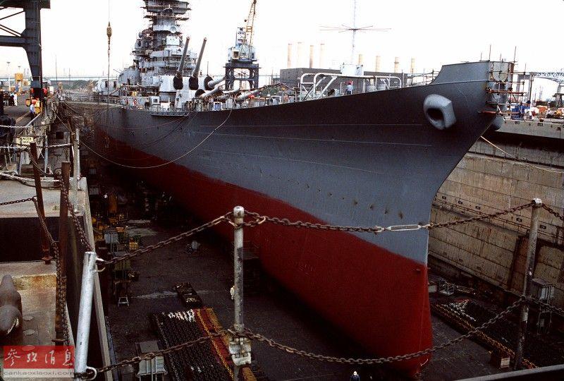 """近日,网上放出一组1982年,美军在加州长滩造船厂对""""新泽西""""号(BB-62,依阿华级2号舰)战列舰进行现代化改装的珍贵照片。图为1982年在长滩海军造船厂中,正在进行现代化改装的""""新泽西""""号。26"""