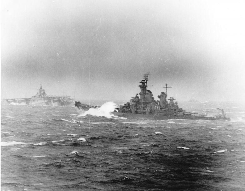 """""""新泽西""""号于1943年5月投入服役,1944年1月""""新泽西""""与""""依阿华""""号一同加入美海军第五舰队,并作为斯普鲁恩斯中将的旗舰,后参加了多场针对日军的战斗,1945年3月,还参加了炮击冲绳岛日军作战。图为1944年11月拍摄的""""新泽西""""号战列舰和""""汉考克""""号航母编队航行资料图。"""