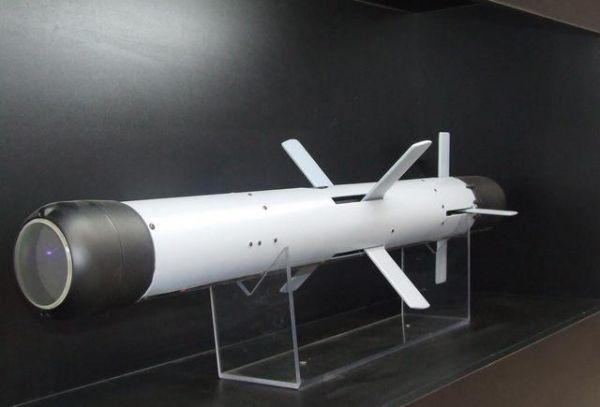 """图为""""长钉""""反坦克导弹"""