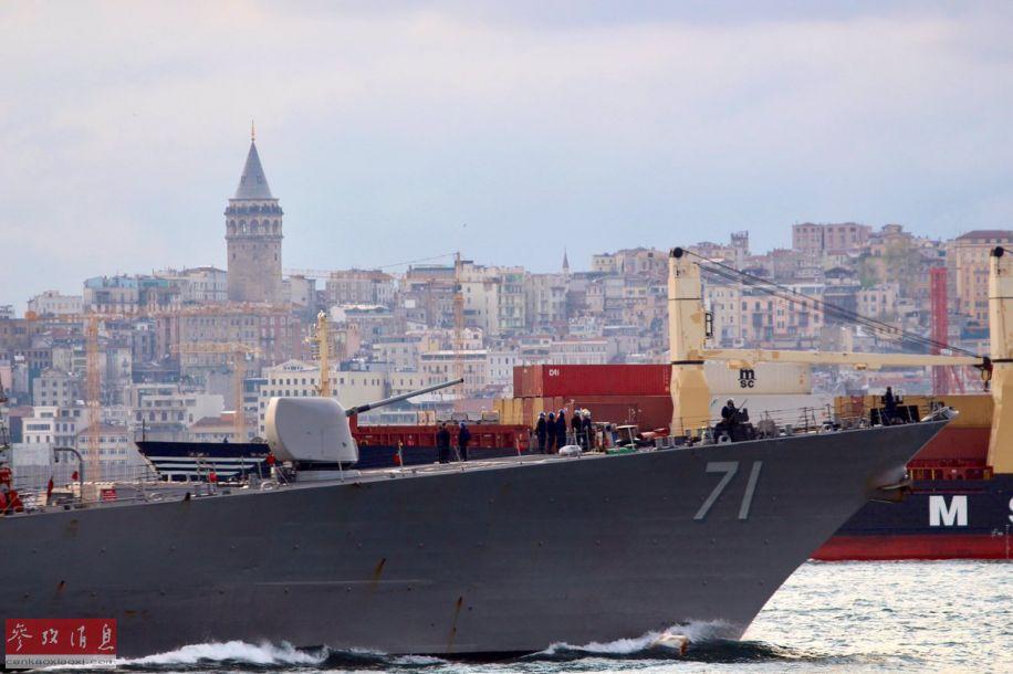 """图为""""罗斯""""号通过博斯普鲁斯海峡时的舰艏特写,可见舰艏甲板的127毫米舰炮,以及71的舷号。"""