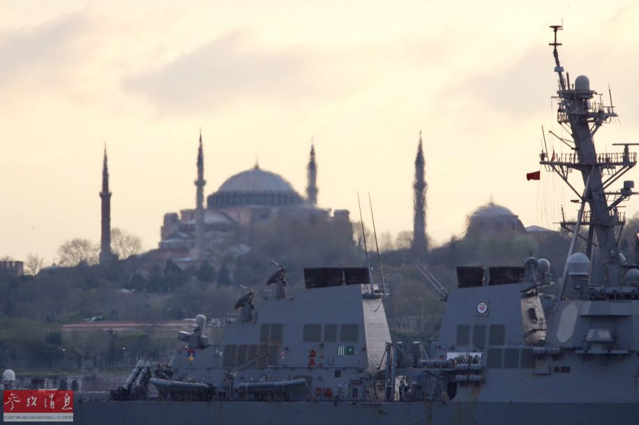 """""""罗斯""""号驱逐舰的后方背景可见土耳其伊斯坦布尔的著名景点——圣索菲亚大教堂。"""