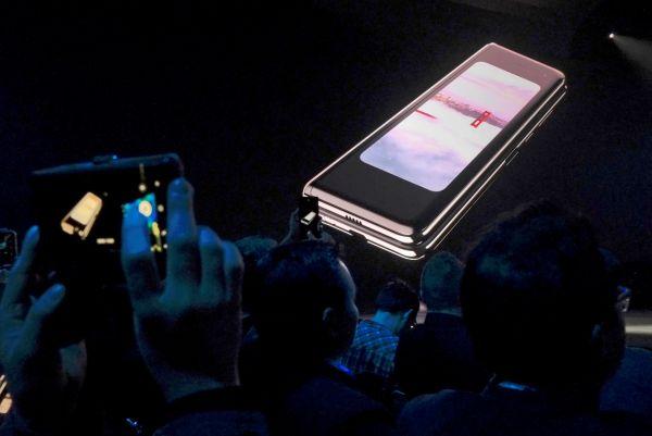 """试用记者测评:三星1.3万元折叠屏手机两天就""""阵亡"""""""