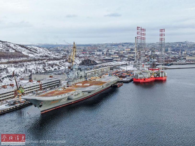 """近日,网上放出俄海军唯一航母""""库兹涅佐夫海军上将""""号维修进度的最新航拍图,可见飞行甲板上此前因半潜船坞沉没事故中,塔吊砸出的破洞已修复,但其余部分都显得锈迹斑斑,似乎是为更换新的甲板部件做准备。59"""