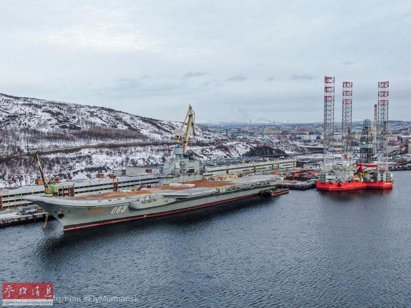 """另一角度拍摄的""""库兹涅佐夫海军上将""""号航母的最新航拍图。"""