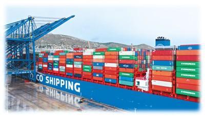 """中国超大型集装箱货轮""""中远海运双鱼座""""在经过近一个月的航行后,于2月15日抵达欧洲,停靠希腊比雷埃夫斯港。新华社记者 吴鲁摄"""