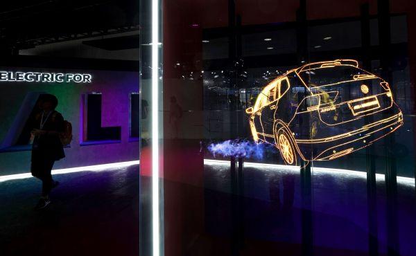 资料图片:广州国际车展上,大众汽车电动汽车展台。(新华社)