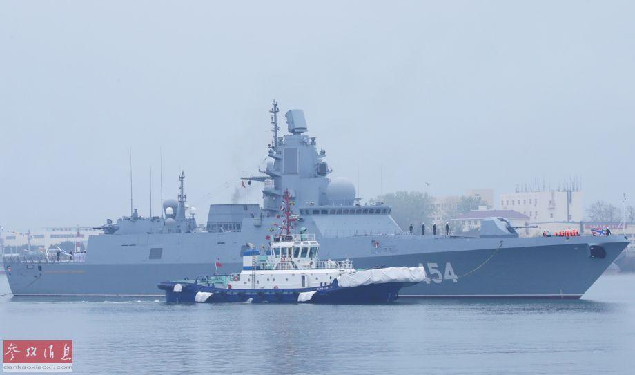 """4月23日,中国将举行海上阅舰式庆祝成立70周年,来自十多个国家海军的约20艘军舰将参加阅舰式,其中不乏精锐战舰,本图集将挑选其中的精华舰艇为您展示。图为4月21日抵达青岛的俄海军""""戈尔什科夫海军元帅""""号隐身护卫舰现场图。56"""