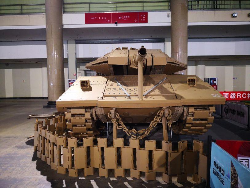 """在第二十届中国国际模型博览会上,一辆纯由纸板制作的1 1""""梅卡瓦""""主战坦克模型颇为抢眼。50"""