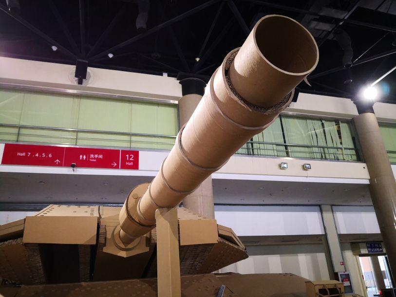 纸质的120毫米滑膛炮,也是颇有气势。