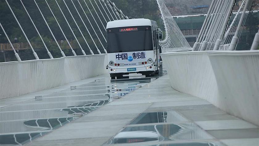 5.5吨无人驾驶巴士挑战高山峡谷玻璃桥