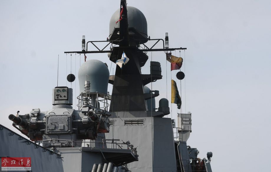 """近日,俄海军11661K型猎豹级警戒护卫舰""""达吉斯坦""""号(猎豹级2号舰)进行防空拦截演习,期间使用了舰载3M89""""弯刀-SU""""弹炮合一防空系统(仅有俄海军装备),该系统包括2门30毫米六管加特林速射炮(合计每分射速1万发),以及8枚9M340E近程舰空导弹。图中可见""""弯刀-SU""""的双联速射炮。50"""