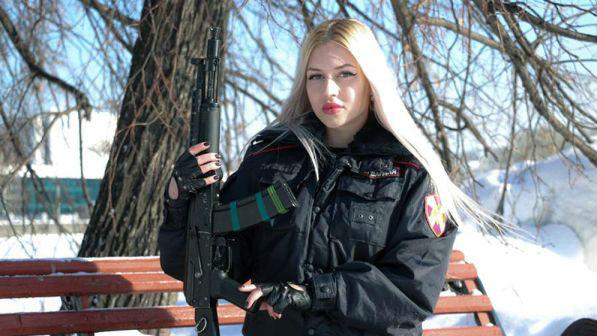 俄选出最美近卫军女战士:不在乎美貌带来成见