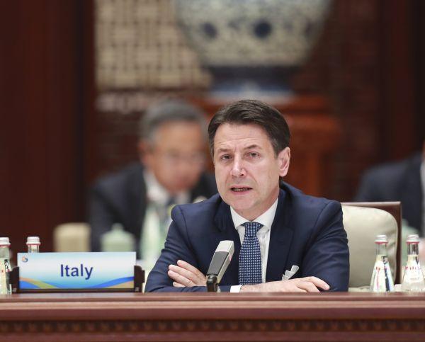 """4月27日,第二届""""一带一路""""国际合作高峰论坛在北京雁栖湖国际会议中心举行圆桌峰会。这是意大利总理孔特在会上发言。 (新华社)"""