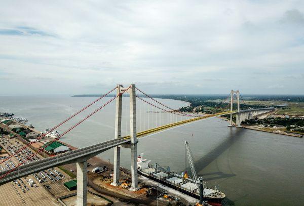 2018年11月,由中国路桥工程有限责任公司承建的马普托大桥及连接线项目经多年建设正式通车。(新华社)