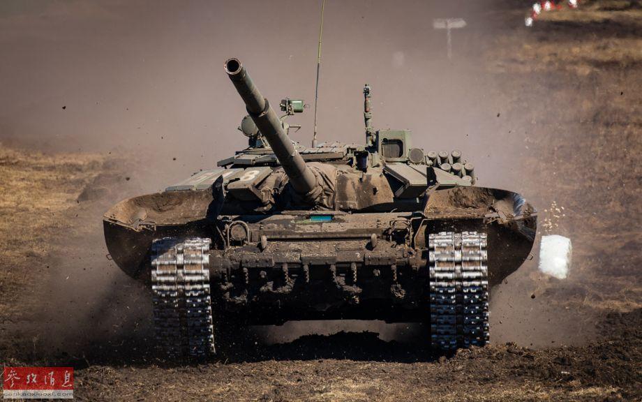 """""""坦克冬季两项比赛""""实际是俄军内部为筛选参加""""国际坦克两项比赛""""参赛队所组织的活动,胜出的队伍将代表俄军参与国际比赛。图中可见T-72B3坦克的前部裙甲已掀起。"""