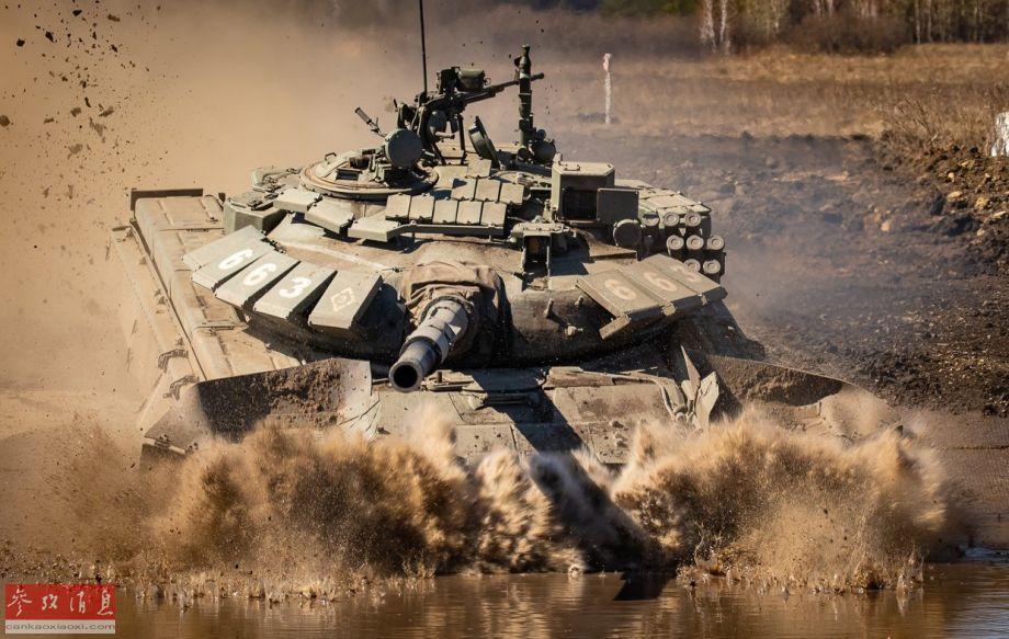 """近日,网上放出一组俄陆军T-72B3主战坦克部队参与""""2019坦克冬季两项比赛"""",越野涉水拉练的精彩高清图。图为T-72B3坦克高速通过水障。44"""