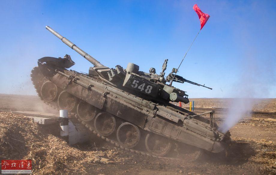 俄军T-72B3坦克垂直越障。