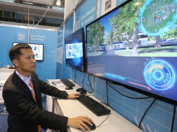 中国电信工作人员展示通信技术