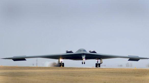 美媒:B-2飞行员这样熬过33小时飞行——