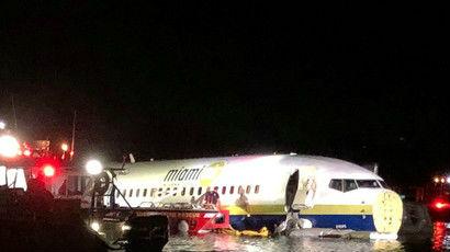 一架载有143人的波音737客机惊险坠河 系美国防部包机