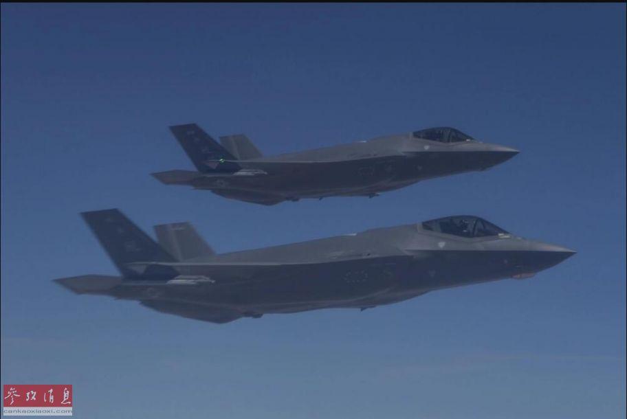完成此次空袭的战机隶属于第388战斗机联队的第4战斗机中队。图为参与此次空袭行动的美空军2架F-35A隐身战机,由伴飞机拍摄。