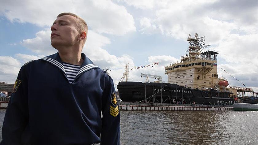 圣彼得堡举办破冰船节