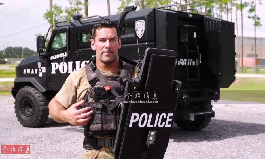"""近日,美国贝克弹道公司推出一种新型单兵防弹盾,名为""""移动式步枪装甲防弹盾""""(简称MRAPS)。与老式防弹盾相比,MRAPS防弹盾更加轻巧灵活,也更侧重抵御穿甲弹药连续命中的能力。图为美民企人员展示轻型MRAPS防弹盾。35"""