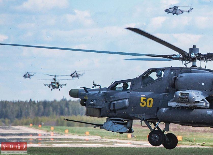 近日,网上放出一组俄军直升机群在首都莫斯科上空进行阅兵彩排的高清图,其中包括米-26重型直升机、米-28武直、米-35武直、米-8运输直升机等,场面颇为壮观。图为米-28武直及机群升空特写。35