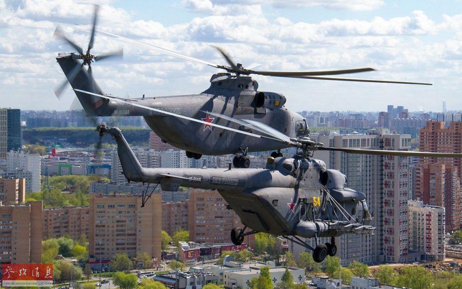 米-26重型运输直升机与米-8直升机编队飞抵莫斯科城区。