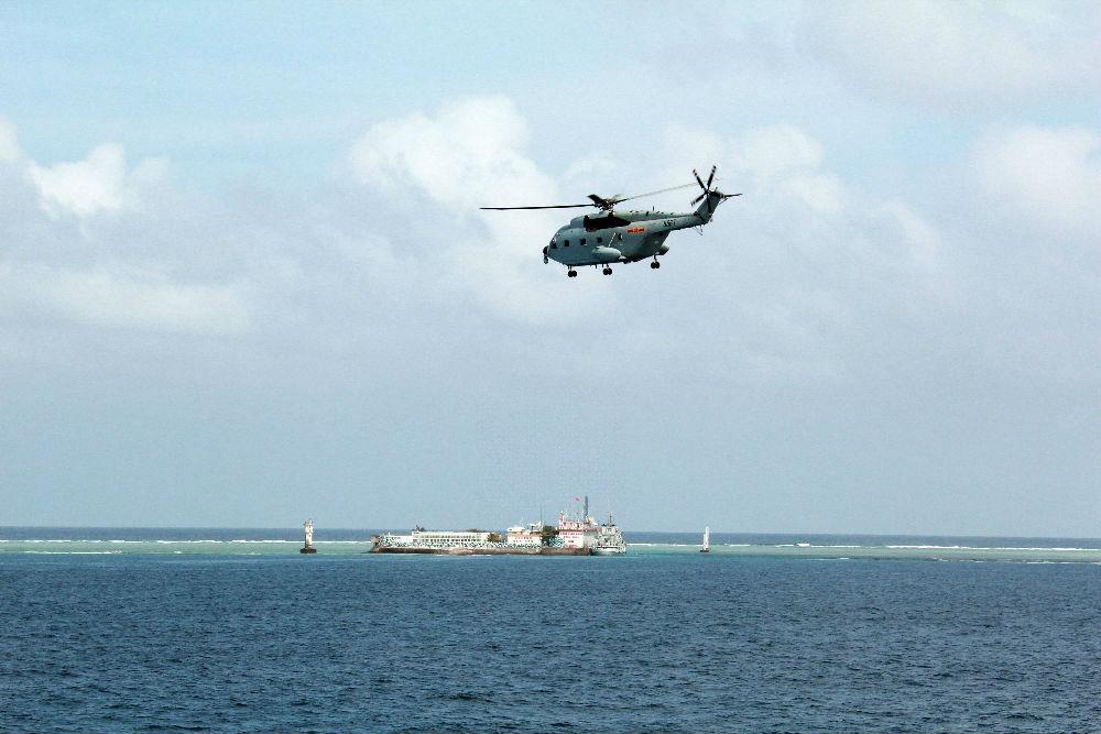美国军舰擅闯中国南沙岛礁遭警告驱离