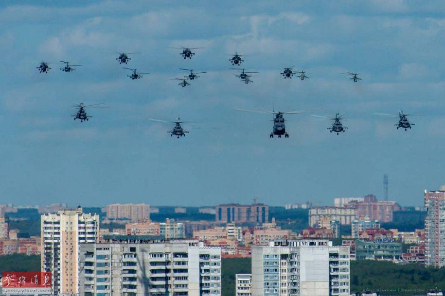 图为靠近莫斯科市区的俄军直升机群,场面颇为壮观。