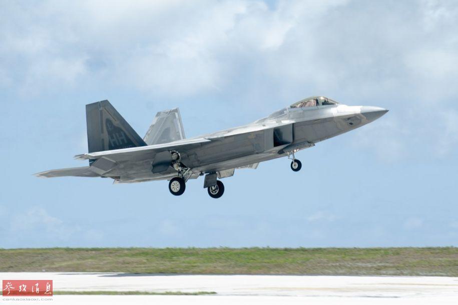 该演习主要模拟在恶劣条件下,美空军部队放弃原有基地,紧急转场至另一基地作战的特殊情况。图为参演美军F-22战机在关岛安德森基地着陆。