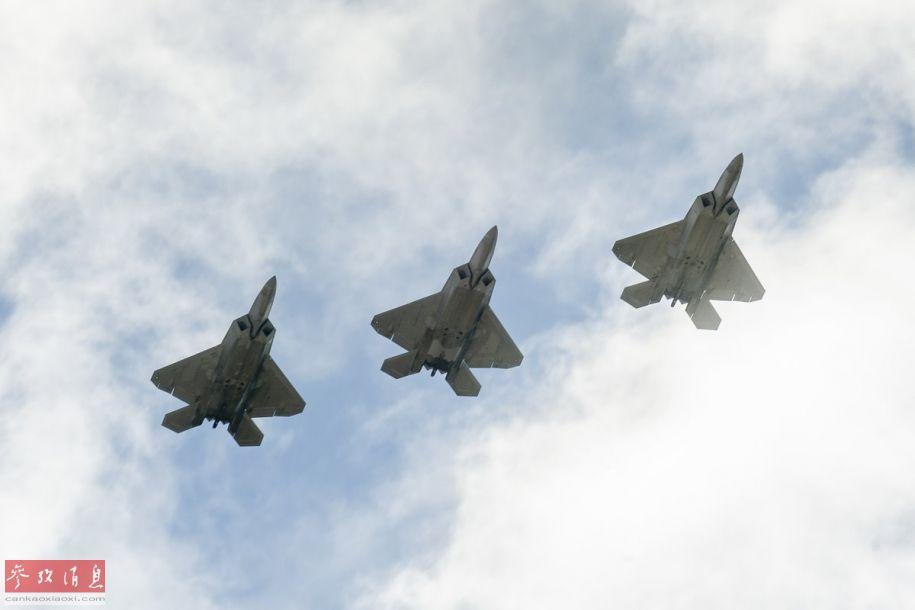 """近日,隶属于美国夏威夷空中国民警卫队第199战斗机中队的F-22隐身战机,从夏威夷??坊刈∏把夭渴鹬凉氐喊驳律站?,参加美军太平洋空军司令部举行的""""弹性台风""""演习。图为参演的美军F-22三机编队。29"""