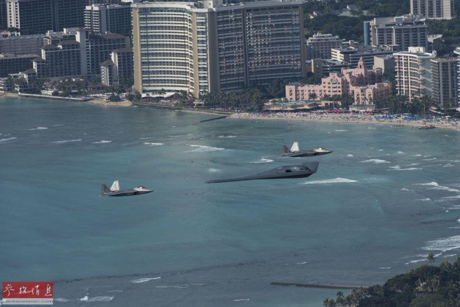 B-2轰炸机与F-22战机编队低空飞越夏威夷檀香山海岸。