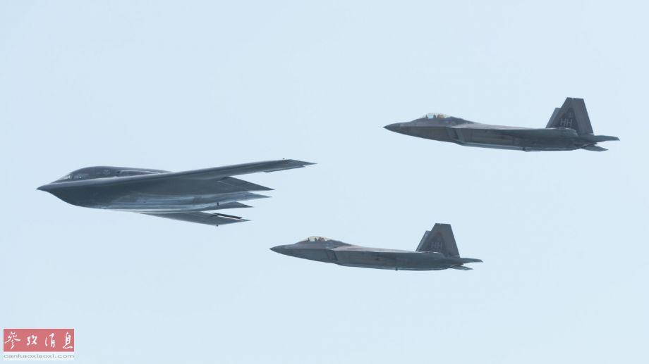 近日,美空军发布一组B-2隐身轰炸机特遣队在夏威夷与F-22隐身战机部队联演图片。美军现役两大主力隐身战机编队飞行,场面颇具视觉冲击力。29