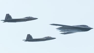 科幻編隊!美軍B-2與F-22隱身戰機聯演