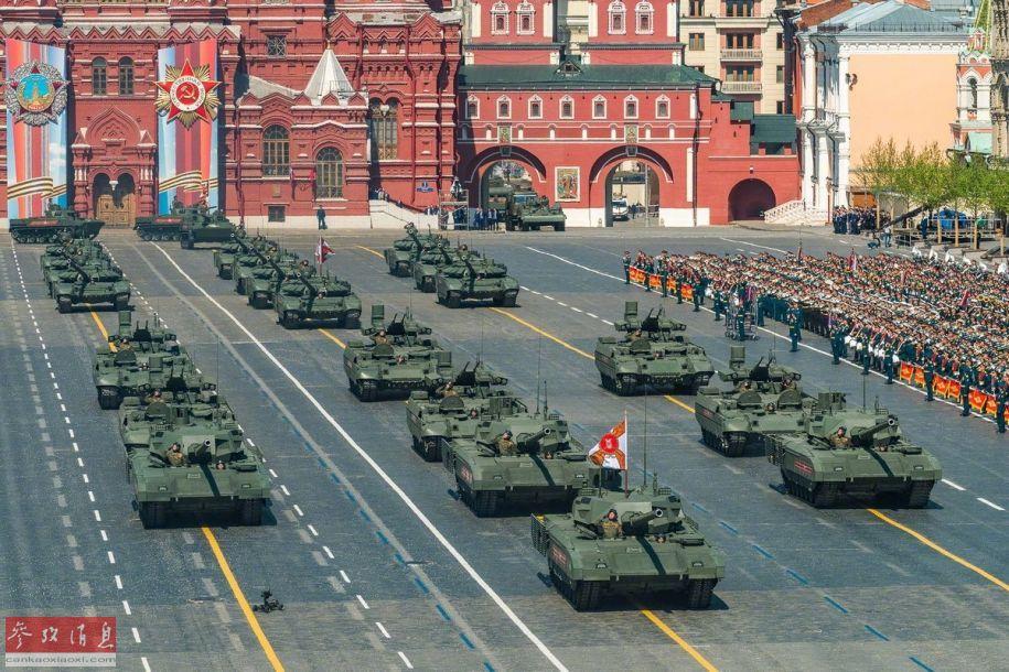 当地时间5月9日上午10时,俄罗斯庆祝卫国战争胜利74周年阅兵式在莫斯科红场隆重举行,大批俄军现役主战装备参加阅兵,据俄媒报道,其中80%都已经过实战检验。图为俄军T-14及T-90主战坦克方队通过红场。23