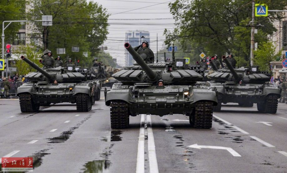 参加阅兵的T-72B3主战坦克方队。