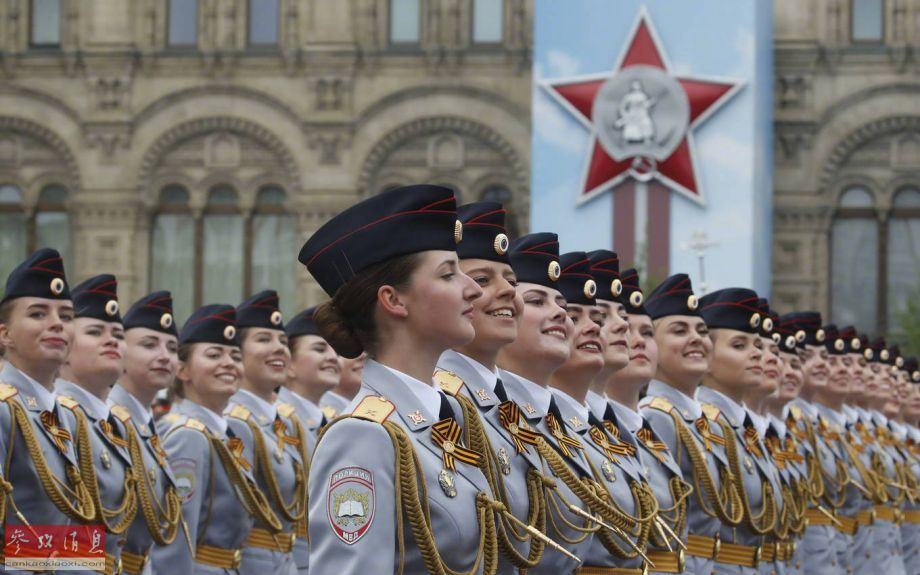 隶属于俄军朱可夫元帅空天防御军事学院的女军人方队参加阅兵,这是该学院女兵首次参与胜利日阅兵。