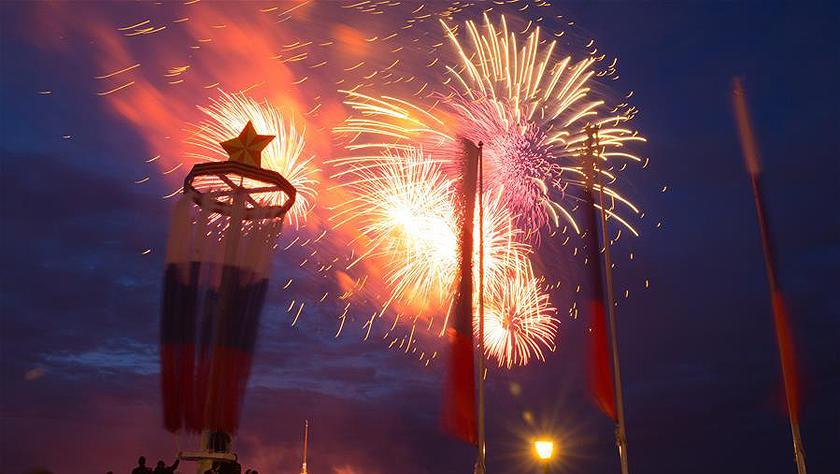 圣彼得堡燃放烟花纪念卫国战争胜利74周年